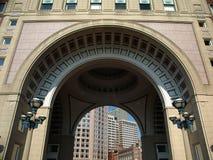 Historische Boog met gebouwen royalty-vrije stock afbeeldingen