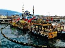 historische boten met stadsmening van Istanboel in haven royalty-vrije stock foto