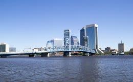 Historische Brücke, die zu im Stadtzentrum gelegenes Jacksonville Florida führt Lizenzfreie Stockbilder