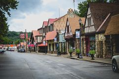 Historische Branson-ondernemingen van de binnenstad op straat stock foto's