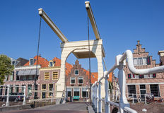 Historische brug en huizen in het centrum van Alkmaar Stock Foto's