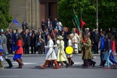 Historische bulgarische Armeekriegersprozession Stockbild