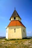 Historische christliche Kapelle auf einem Hügel an einem sonnigen Tag Stockfotos