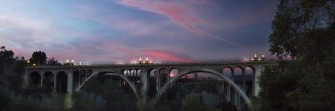 Historische Colorado-Brücke wölbt sich an der Dämmerung, Pasadena, CA stockfoto