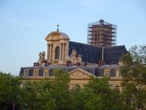 Historische Dachspitzen in Paris - Frankreich Stockbilder