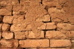 Historische in de zon gedroogde bakstenen muurachtergrond Stock Fotografie