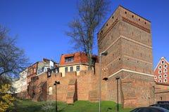 Historische defensiemuren van de Oude Stad en de Leunende Toren in Torun, Polen Stock Foto