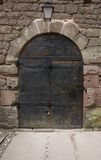 Historische deur bij Kasteel haut-Koenigsbourg Stock Afbeeldingen