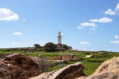 Historische die Paphos-vuurtoren in het midden van archeologisch park in Paphos, Cyprus wordt geplaatst Weergeven op Pafos-landsc royalty-vrije stock afbeeldingen