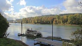 Historische die Sternwheeler langs Willamette-Rivier in de Stad van Oregon in Dalingsseizoen wordt gedokt stock videobeelden