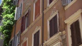 Historische Europese architectuur Buitenkant van oude woningbouw in centrum van Rome, Italië stock video