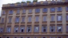 Historische Europese architectuur Buitenkant van oude woningbouw in centrum van Rome, Italië stock videobeelden