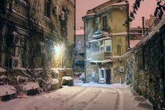 Historische Europese Binnenplaats op een de winternacht stock foto's