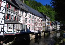 Historische Fachwerkhäuser zeichnen den RUR-Fluss entlang dem schmalen Talschnitt in die Eifel-Berge, Deutschland lizenzfreies stockbild