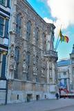 Historische Fassade verziert mit Statuen Stockbilder