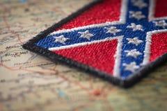Historische Flagge des Südens der Vereinigten Staaten auf dem Hintergrund der USA zeichnen auf Lizenzfreies Stockfoto