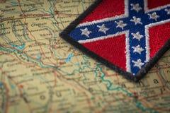 Historische Flagge des Südens der Vereinigten Staaten auf dem Hintergrund der USA zeichnen auf Stockfoto