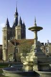 Historische fontein en stadspoort Stock Foto's