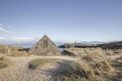 Historische Gebäude auf Gezeiten- Insel von Ynys Llanddwyn in Nord-Wale lizenzfreies stockbild