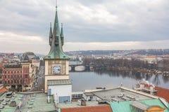 Historische Gebäude an Charles-Brücke in Prag Stockfotografie