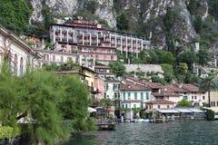 Historische Gebäude im italienischen See Garda, unter den Bergen Lizenzfreie Stockfotos