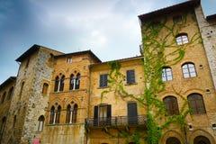Historische Gebäude San Gimignanos schließen Stockfoto