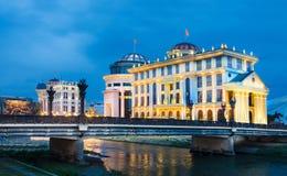 Historische Gebäude in Skopje in einer schönen Sommernacht stockfotografie