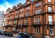 Historische Gebouwen in Engelse stijl op Groene straat, Westminster Londen stock afbeeldingen