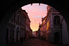 Historische gebouwen langs beroemde straat in Oude Stad van Vilnius Stock Afbeeldingen