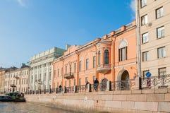 Historische gebouwen langs de Moika-rivierdijk in zonnige de herfstdag in St. Petersburg, Rusland Stock Foto