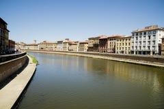 Historische gebouwen langs de rivier Arno in Pisa Stock Foto's