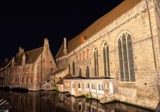 Historische gebouwen op de banken van de kanalen bij nacht in Brugge, België, Europa royalty-vrije stock foto's