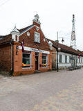 Historische gebouwen in oude stad van Kuldiga, Letland royalty-vrije stock fotografie