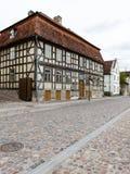 Historische gebouwen in oude stad van Kuldiga, Letland stock foto