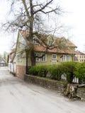 Historische gebouwen in oude stad van Kuldiga, Letland stock fotografie