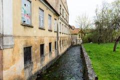 Historische gebouwen in oude stad van Kuldiga, Letland royalty-vrije stock foto