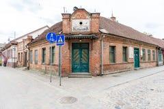 Historische gebouwen in oude stad van Kuldiga, Letland royalty-vrije stock foto's