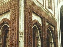 Historische gebouwen, Qutub Minar, Delhi, India stock afbeelding