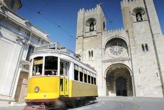 Historische gelbe Tram vor der Lissabon-Kathedrale, Portugal lizenzfreie stockfotos