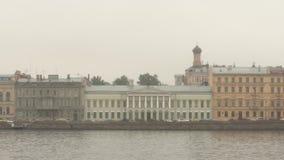 Historische Häuser auf einem Damm des Neva-Flusses am bewölkten Morgen - St Petersburg, Russland stock footage