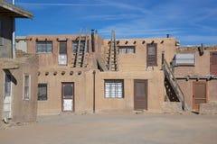 Historische Häuser des luftgetrockneten Ziegelsteines Acoma-Pueblos, Türen und hölzerne Leitern Acoma-Pueblo wird auch Sky City i Stockbild