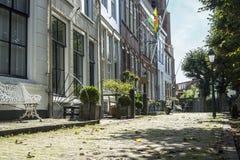 Historische Häuser in einer malerischen Straße Lizenzfreie Stockfotos