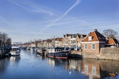 Historische Häuser und Boote festgemacht in Brielle stockfotos