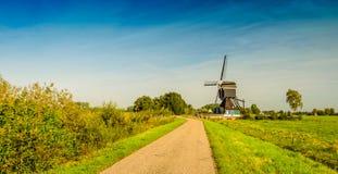Historische hölzerne hohle Bockwindmühle ab 1762 in einem niederländischen ländlichen Land Lizenzfreies Stockfoto
