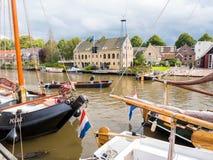 Historische haven met boten tijdens de Dagen van gebeurtenisadmiraliteit, Dokkum, Friesland, Nederland stock foto's