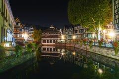 Historische helft-betimmerde huizen in looierskwart in districtsla tenger Frankrijk in Straatsburg bij nacht stock afbeelding