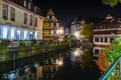 Historische helft-betimmerde huizen in looierskwart in districtsla tenger Frankrijk in Straatsburg bij nacht stock fotografie