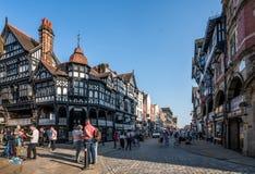 Historische helft-betimmerde stad die van Chester de rijen van Chester in de zomer tonen royalty-vrije stock foto