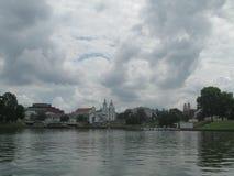 Historische het centrummening van Minsk van rivier Svisloch Stock Fotografie
