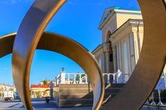 Historische Hoofdingang aan het grote Bioskooptheater, genoemd Wostok Kijk door het Monument Dichtbij Kio-park De stad in gevesti royalty-vrije stock foto
